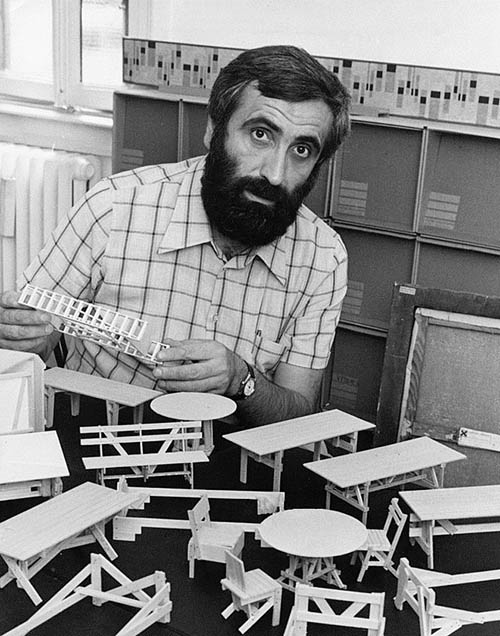 Portrait de Enzo Mari, designer, plasticien et graphiste italien en 1974 ©Alecchi/MP/Leemage AA093841 dbdocumenti 233 343 300 2748 4054 Scala di grigio