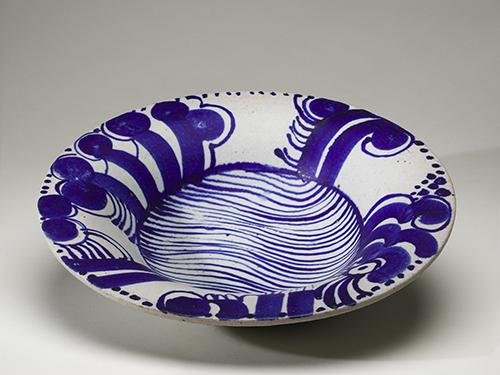 NMGu 11868, Gustavsberg, Lisa Larson, Väggfat med blå abstrakt dekor och blå band, Stengods, grå och brunprickig glasyr, målad blå dekor.