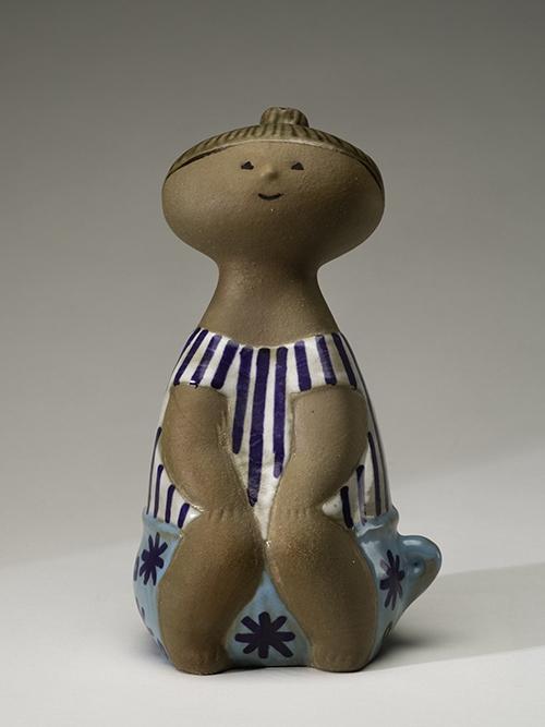 """NMGu 11079, Gustavsberg, Lisa Larson, Figurin """"Lotta"""" i serien """"Larssons ungar"""", Prod. 1962 - 1979, Brunrött stengods, målad svart, blå, ljusblå, vit och brun glasyr."""